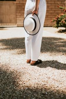 Vrouw in het wit wachtend op een oprit