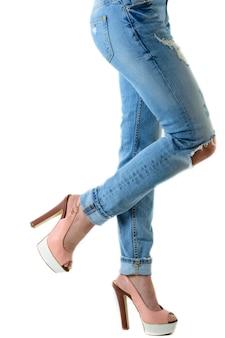 Vrouw in hete roze hoge hakken en jeans