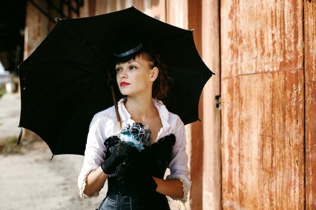 Vrouw in historisch kostuum