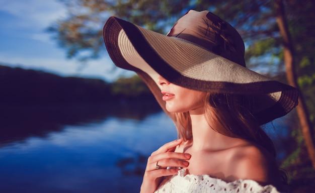 Vrouw in hoed