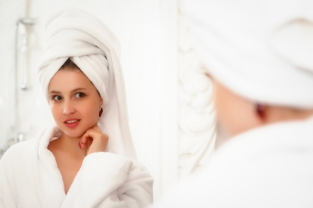 Vrouw in hotelbadkamer na douche