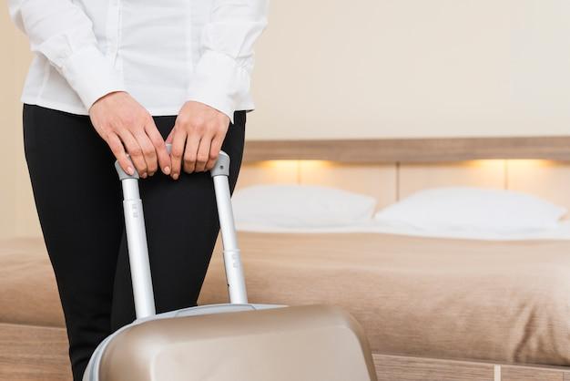 Vrouw in hotelkamer