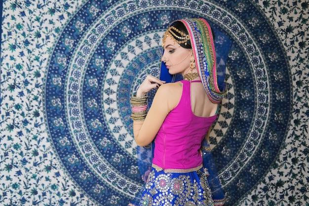 Vrouw in indiase sari jurk met sieraden