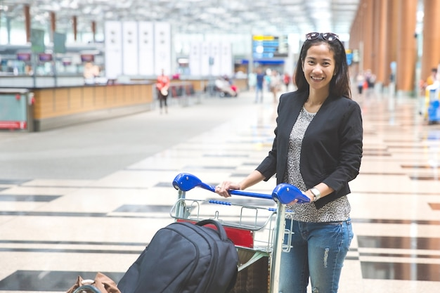 Vrouw in internationale luchthaven