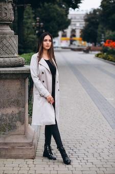 Vrouw in jas in de straat