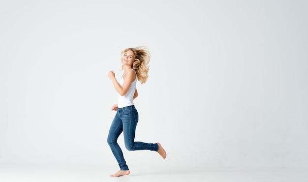 Vrouw in jeans beweging dans energie positieve mode