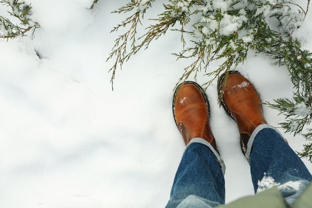 Vrouw in jeans en laarzen die zich buiten in de winter bevinden