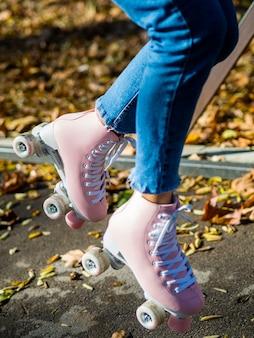Vrouw in jeans met rolschaatsen