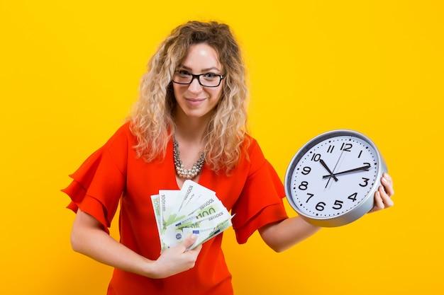 Vrouw in jurk met klokken en fan van bankbiljetten