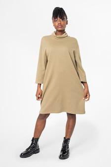 Vrouw in jurk met lange mouwen vrijetijdskleding kleding full body