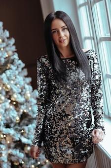 Vrouw in jurk met pailletten