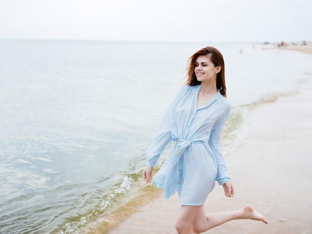Vrouw in jurk natuur strand zand wandeling vakantie