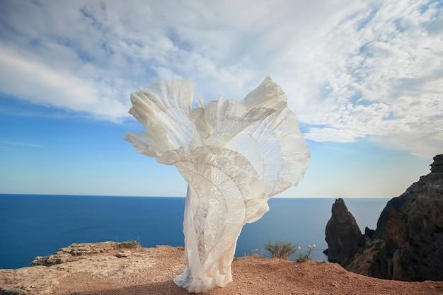 Vrouw in jurk op de top van de berg