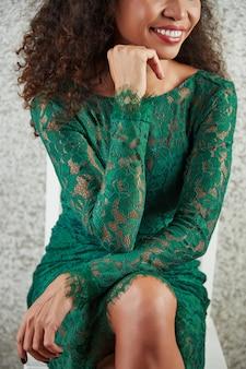 Vrouw in kanten jurk