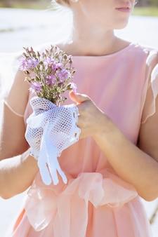 Vrouw in kanten witte handschoenen met de hand gemaakt in retro stijl