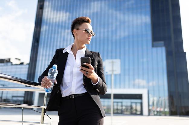 Vrouw in kantoor pak maakte een afspraak en wacht op collega