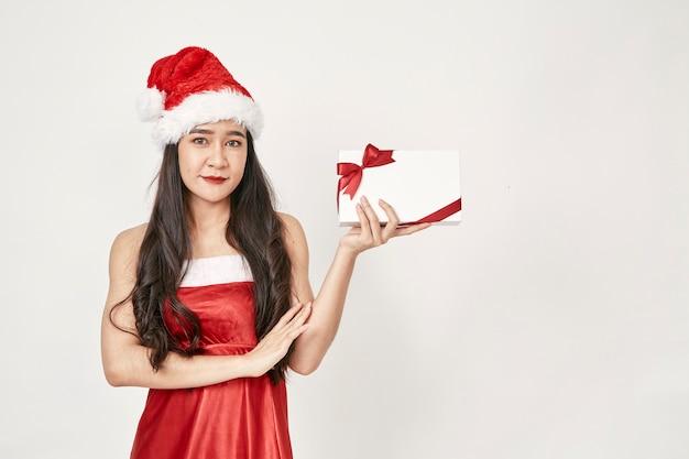 Vrouw in kerstman hoed bedrijf geschenken