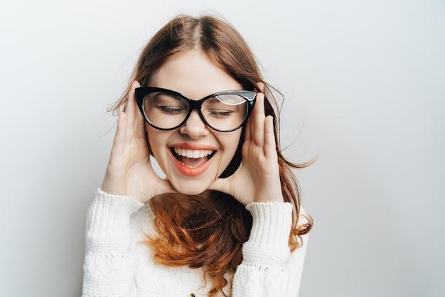 Vrouw in klassieke zakelijke bril, lichte achtergrond
