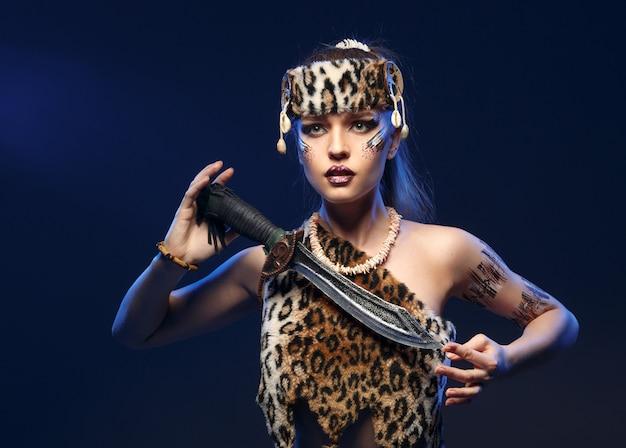 Vrouw in kleding amazones met een zwaard in zijn hand.
