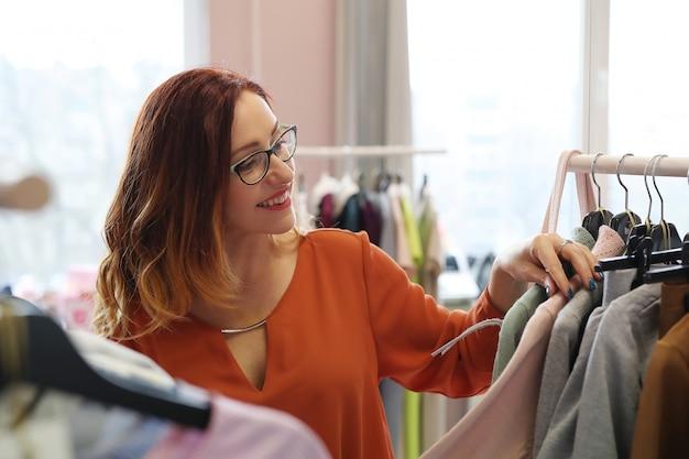 Vrouw in kledingwinkel