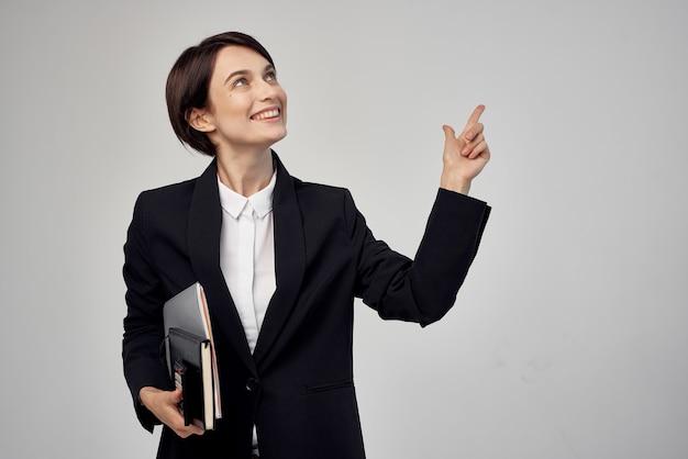 Vrouw in kostuumdocumenten professional job studio lifestyle. hoge kwaliteit foto