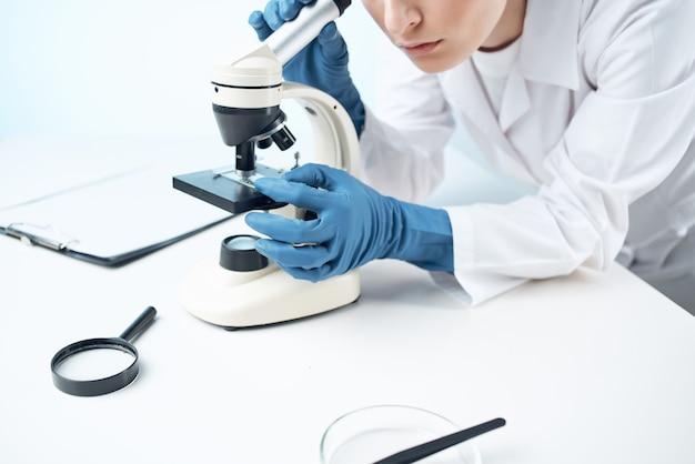 Vrouw in laboratorium microscoop wetenschap onderzoek analyse