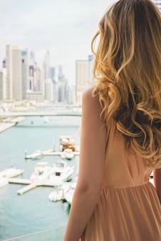 Vrouw in lange jurk in dubai marina