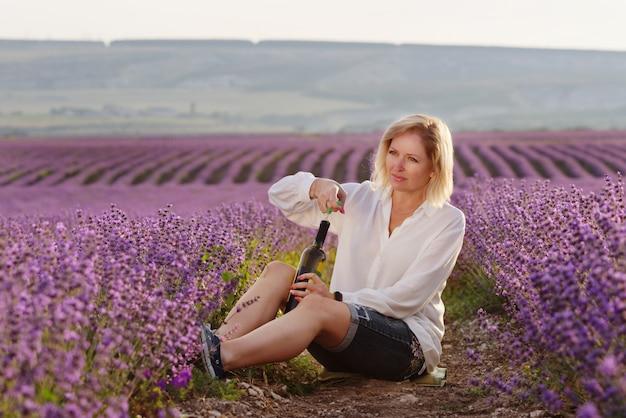 Vrouw in lavendel veld