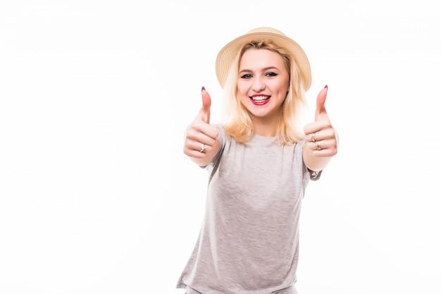 Vrouw in lichte hoed geven duimen omhoog teken voor haar volgers