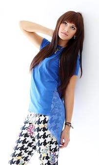 Vrouw in magere jeans en blauwe blouse