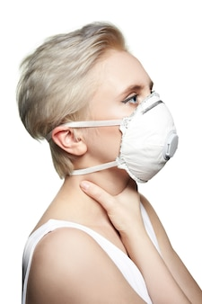 Vrouw in medisch masker ffp2. wit gelaatsmasker met ademhalingsautomaat.