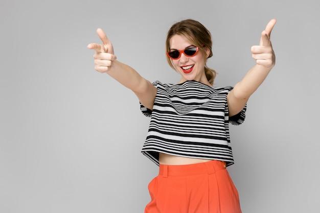 Vrouw in modieuze kleding en zonnebril