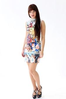 Vrouw in mooie jurk poseren