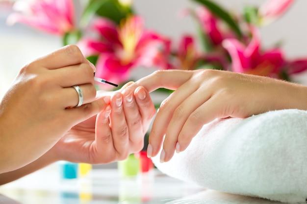 Vrouw in nagel salon manicure ontvangen