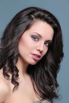 Vrouw in natuurlijke commerciële make-up