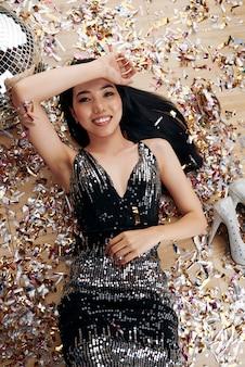 Vrouw in nieuwjaarsfeest met confetti
