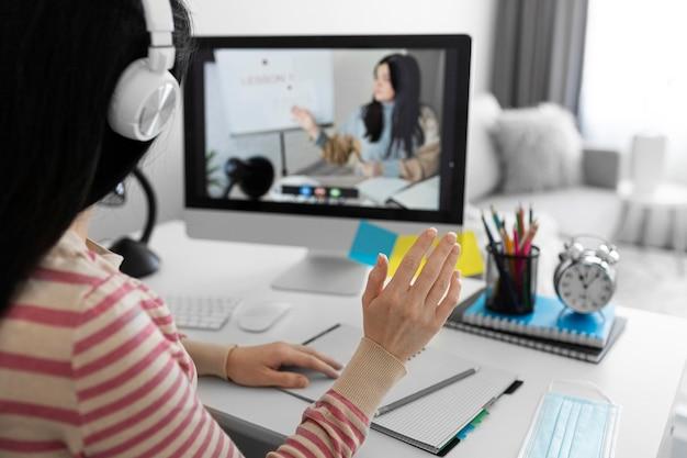 Vrouw in online klas close-up