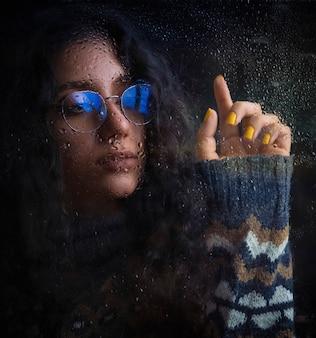 Vrouw in optische bril met blauwe schaduw en warme gebreide jas