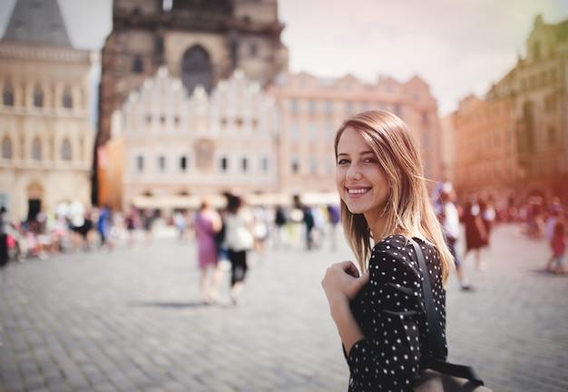 Vrouw in oude stad van praag, tsjechische republiek