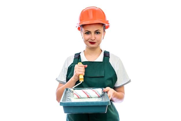 Vrouw in overall met geïsoleerd dienblad