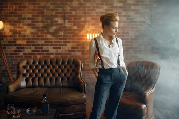 Vrouw in overhemd en broek met bretels