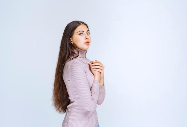 Vrouw in paars shirt geeft neutrale poses.