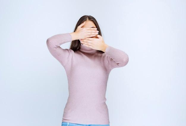 Vrouw in paars shirt is slaperig of heeft hoofdpijn.