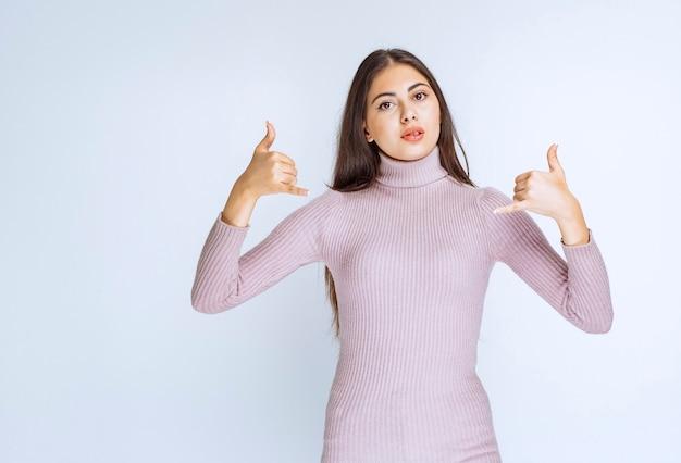 Vrouw in paars shirt vraagt om te bellen.