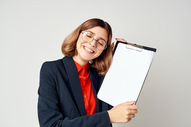 Vrouw in pak documenten werkmanager op kantoor