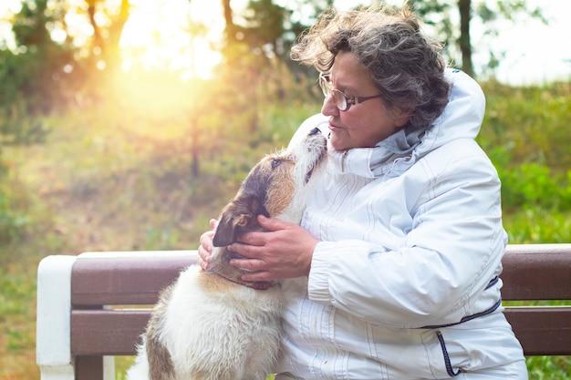 Vrouw in park spelen met hond