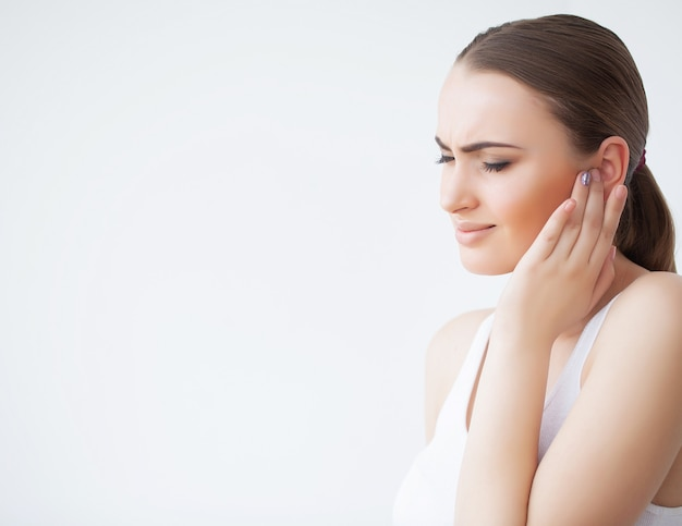 Vrouw in pijn gevoel slecht en ziek, met hoofdpijn en koorts, met hand op het voorhoofd