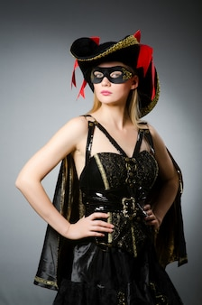 Vrouw in piraatkostuum - halloween-concept