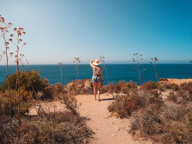 Vrouw in ponta da piedade, een schilderachtige plek in portugal