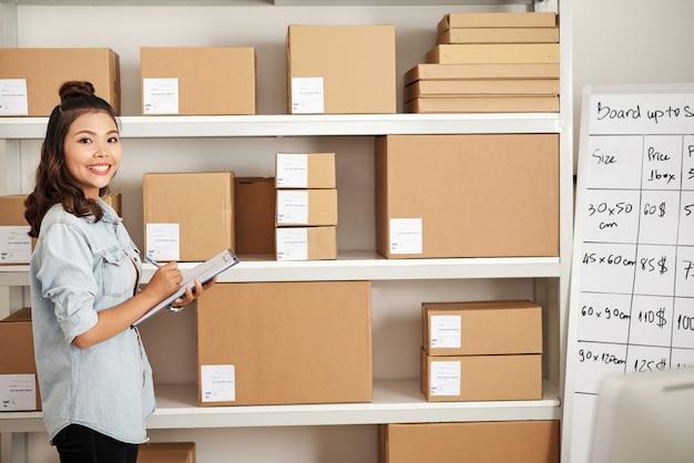 Vrouw in postmagazijn